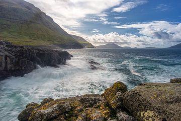 Wildwasser auf den Färöer-Inseln von Robin van Maanen