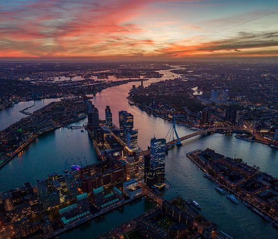 Luchtfoto: zonsondergang in Rotterdam