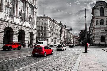Straßenszene in Prag in Schwarz, Weiß und Rot von Focus de Plaatjesmaker