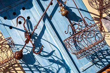 Alte blaue Tür mit rostigen Ornamenten von Wil Wijnen