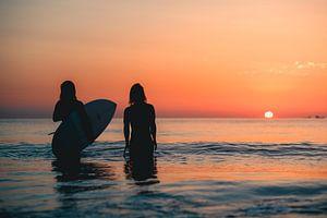Surfen Domburg zonsondergang 2 van Andy Troy