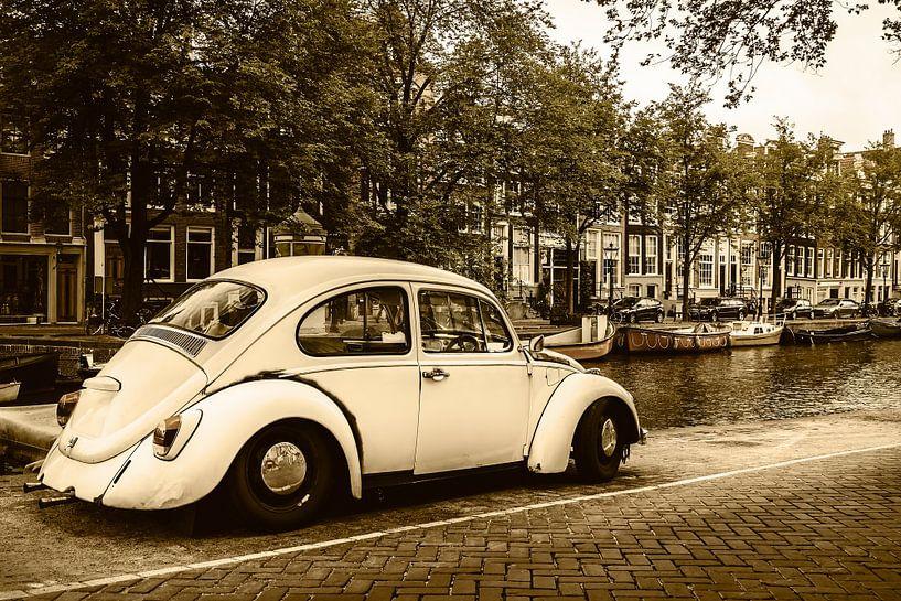 Oude Volkswagen Kever in Amsterdam van Martin Bergsma