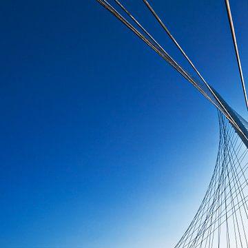 Calatrava-brug tegen blauwe lucht van Maerten Prins
