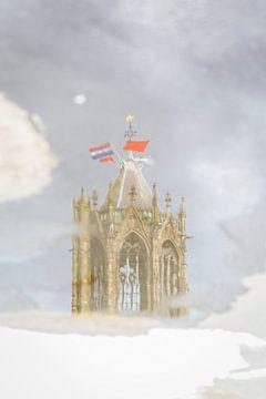 De Domtoren van Utrecht weerspiegeld in een plas regenwater. van Margreet van Beusichem