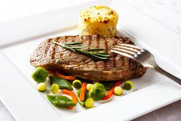 Gegrilde steak  met diverse groenten en aardappelgratin van