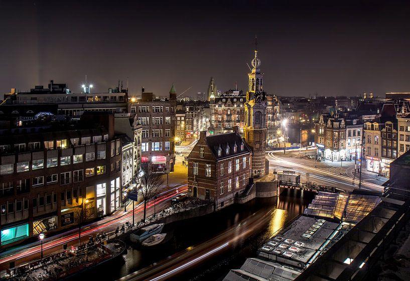 Cars,boats, bikes  and trams leaving a trail in Amsterdam van Niels Tichelaar