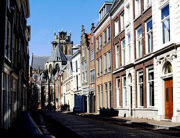 Dordrecht, rue avec une grande église sur joyce kool