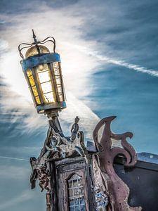 Achtersteven lamp in het tegenlicht van een laaghangende zon