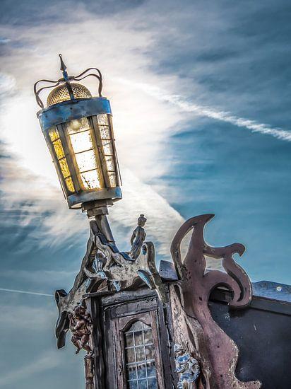 Achtersteven lamp in het tegenlicht van een laaghangende zon van Harrie Muis