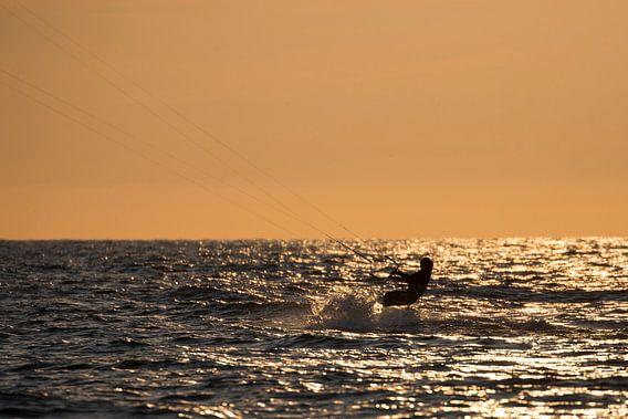 Kitesurfing bij zonsondergang
