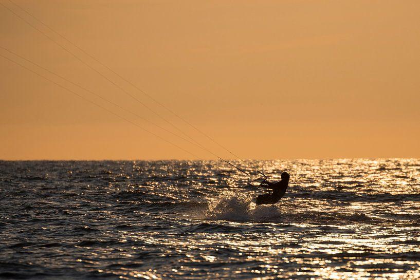 Kitesurfing bij zonsondergang van Michel Sjollema