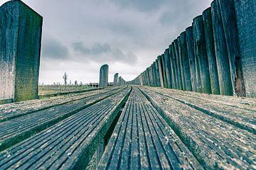 Houten steiger planken oude haven van Schokland van Fotografiecor .nl