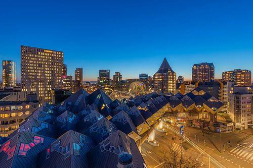 Het nachtelijke zicht op de Kubuswoningen en de Markthal in Rotterdam