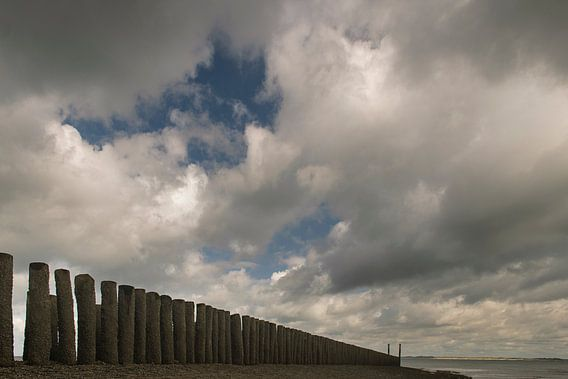 Strandhoofd met wolken