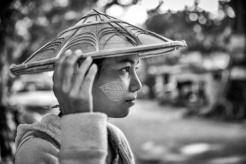 MANDELAY, MYANMAR, DECEMBER 13, 2015 - Meisje in Mandelay met tr van