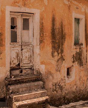 Oud huisje in grieks dorpje van Marjolein van Middelkoop