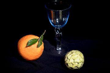 Apfelsine und Cherimoya mit blauem Weinglas von Dieter Meyer