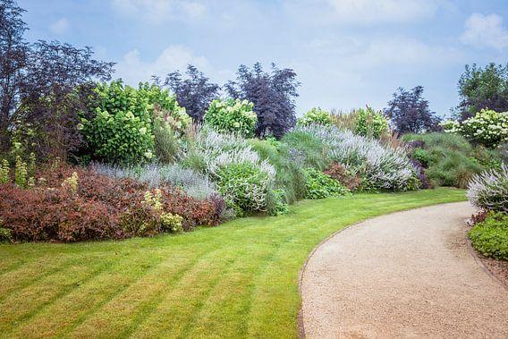engelse tuin met bloemen en planten