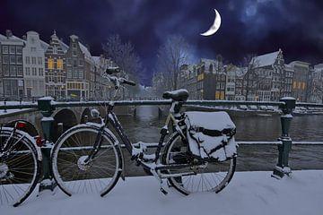 Das verschneite Amsterdam bei Nacht im Mondlicht in den Niederlanden von Nisangha Masselink