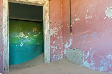 Door het zand bedolven huis in Kolmanskop, Namibië van