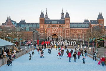 Schlittschuhlaufen auf der Eisbahn am Museumplein in Amsterdam von Nisangha Masselink
