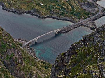 Engoysundet-brug bij Henningsvær, Lofoten, Noorwegen vogelperspectief met turkoois water en rotsen van Timon Schneider