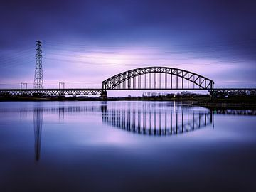 Spoorbrug Oosterbeek (bij Arnhem) bij zonsopkomst van Eddy Westdijk