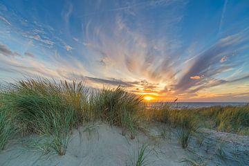zonsondergang met de duinen en de Noordzee van