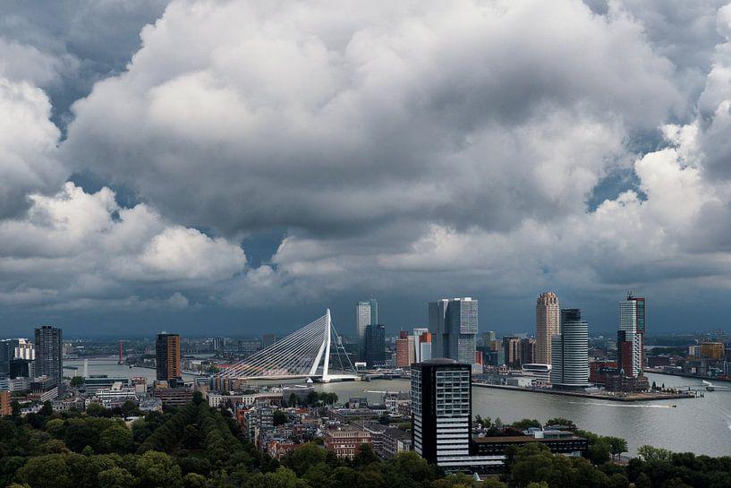 Wolken boven de stad | Rotterdam van Menno Verheij / #roffalove