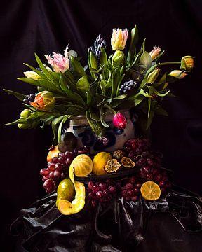 Stilleven  kunst met tulpen, fruit, citroenen, druiven,  in de stijl van de Hollands meesters van ina kleiman