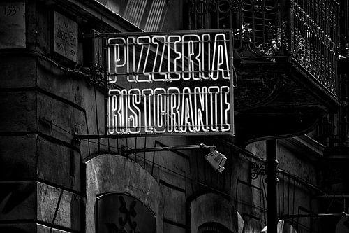 Straatfotografie inTurijn, Italië - Uithangbord Pizzeria Ristorante in zwart-wit van