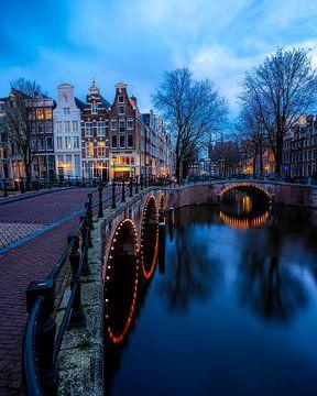 Amsterdamse grachten in het blauwe uurtje