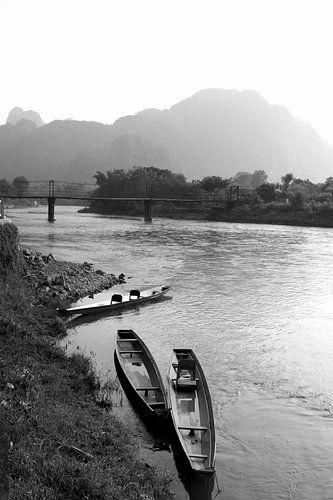Nebel, Karstbergen und Wasser, Laos von Inge Hogenbijl