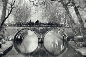 Photographie de rue à Utrecht. Le Weesbrug sur l'Oudegracht à Utrecht en noir et blanc (2) sur De Utrechtse Grachten