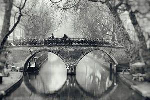 Straatfotografie in Utrecht. De Weesbrug over de Oudegracht in Utrecht in zwart-wit (2) van