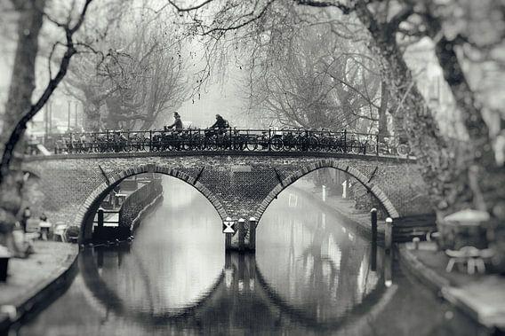 Straatfotografie in Utrecht. De Weesbrug over de Oudegracht in Utrecht in zwart-wit (2)
