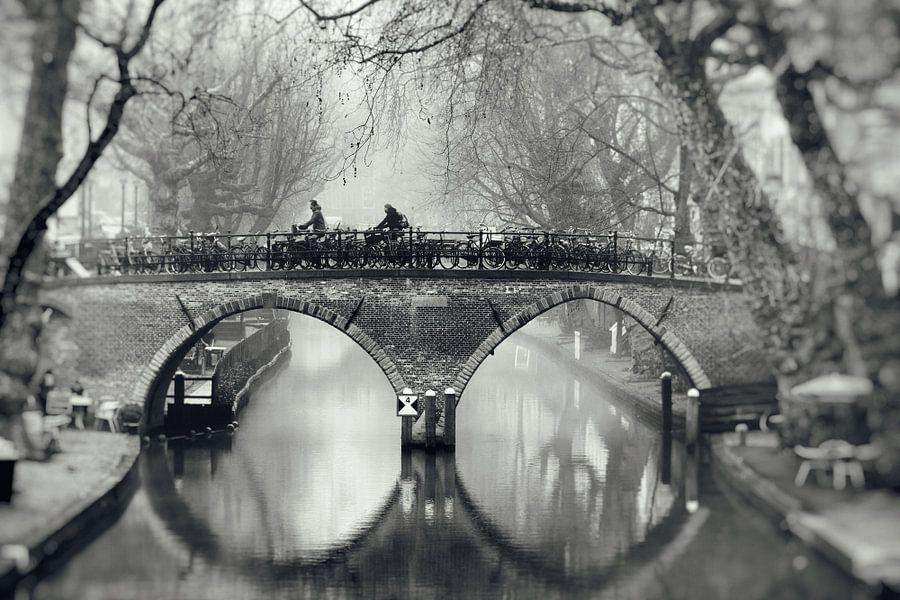 De Weesbrug over de Oudegracht in Utrecht in zwart-wit (2)