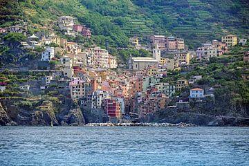 Riomaggiore, een oud dorp met kleurrijke huizen uit de Cinque Terre in de bergen aan de Middellandse van Maren Winter