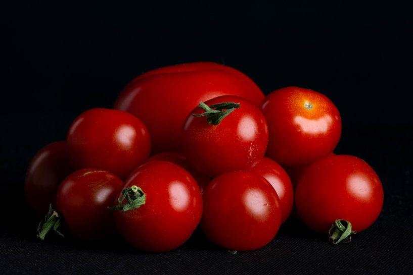 Tomaten op zwarte achtergrond van Ton de Koning