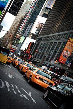 Gele taxi's op straat in New York van Malu de Jong