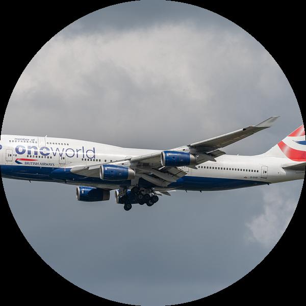 Boeing 747-400 van British Airways in One World Livery klaar voor de landing op Londen Heathrow. van Jaap van den Berg