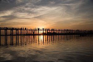 Zonsondergagn bij U-Bein brug in Myanmar van