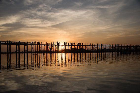 Zonsondergagn bij U-Bein brug in Myanmar van Francisca Snel (Cissees)