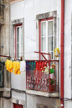 Alter Balkon mit Wäscheleine im Bairro Mouraria, Lissabon, Portugal