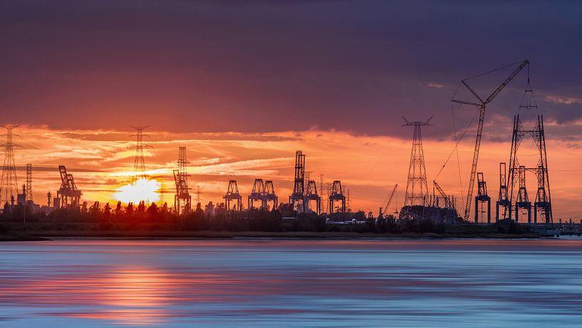 Containerterminal in een oranje sunset_1 van Tony Vingerhoets