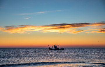 Vissersboot in de zonsopgang van videomundum