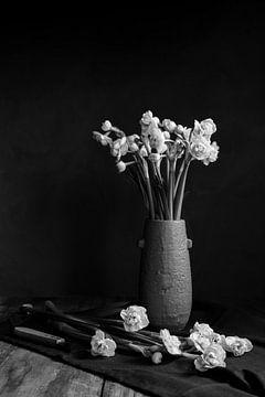 narcissen in aardewerk vaas | fine art stilleven fotografie in zwart-wit | print muur kunst van Nicole Colijn