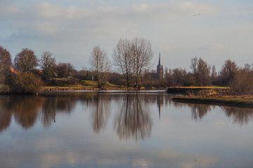Lamme IJssel met gezicht op Doesburg van Leo Lamboo