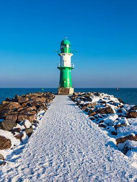 Mole an der Ostseeküste in Warnemünde im Winter von Rico Ködder
