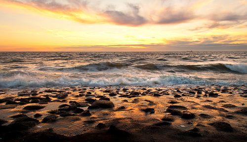 Goudgele zonsondergang boven zee